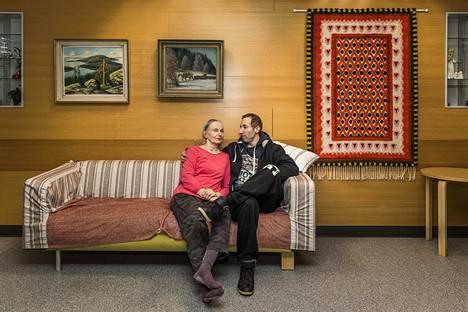 """Joonas Lehtola tapasi äitiään Anneli Lehtolaa Intiön hoivakotiin Oulussa. Joonas Lehtola kertoi, että uuden koronaviruksen leviäminen huolestuttaa häntä jonkin verran. """" Jos on vanhus ja riskiryhmässä, niin minkälainen suojaustaso sitten täällä on?"""" hän pohti."""