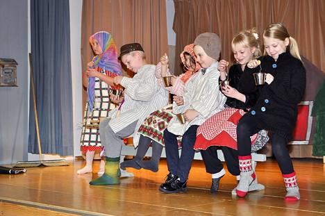 """Pukkilan koulun 1.-2. luokkalaiset olivat tehneet pienoisnäytelmän """"Kauhajokelaasta jouluvalamistelua"""". Loistavat roolisuoritukset ja osuva juoni kutittelivat juhlayleisön nauruhermoja."""