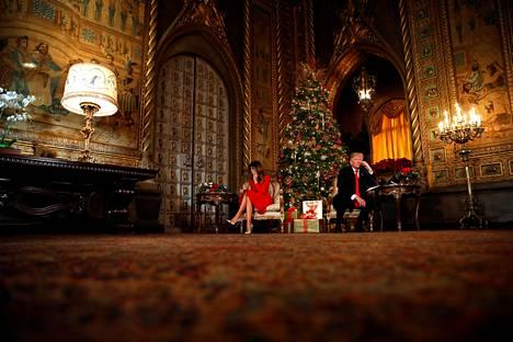 Jouluaattona 2017 presidentti Donald Trump ja rouva Melania Trump osallistuivat perinteiseen Norad Tracks Santa -ohjelmaan ja vastasivat Joulupukkia odottavien lasten puheluihin Mar-a-Lagossa.