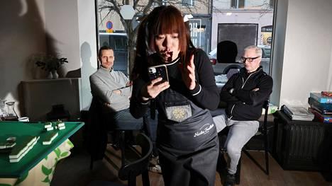 Ravintola Harjun huoneen omistaja Jessica Qian myy ruokaa mukaan ravintoloiden sulun ajan. Taustalla asiakkaat Kalle Rönholm ja Juha Hurttia.