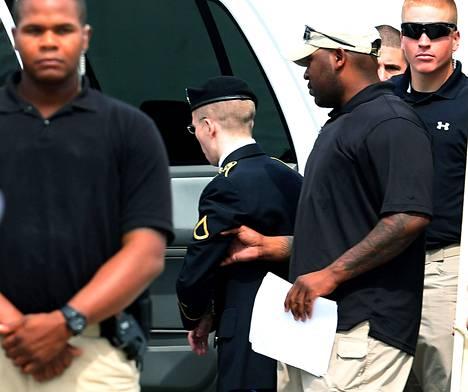 Vartijat saattoivat Bradley Manningin tuomion jälkeen vankilaan.