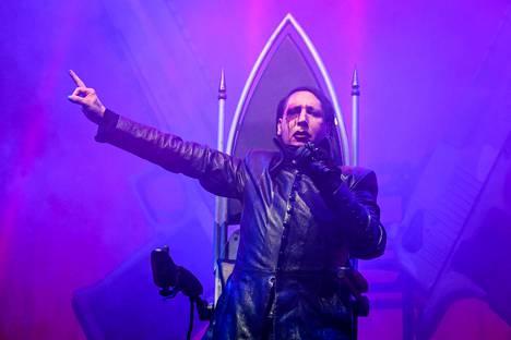 Manson esiintyi murtuneen jalan vuoksi istuen Berliinissä marraskuussa. Sama valtaistuin oli aikaisemman Helsingin konsertin lavastuksessa mukana.