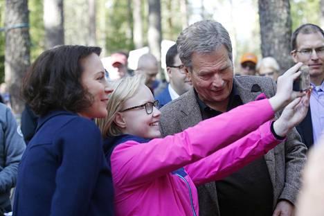 Presidentti Sauli Niinistö ja Jenni Haukio asettautuivat selfie-kuvaan Teijon kansallispuistossa Salossa, jossa he vierailivat Suomen luonnon päivän kunniaksi elokuussa 2017.