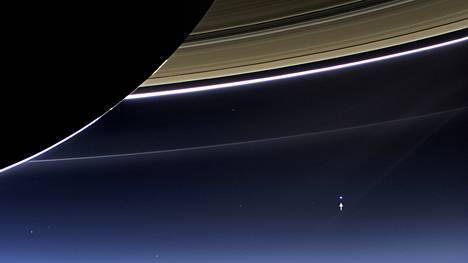 Puolentoista miljardin kilometrin päästä katsottuna maapallo on vain mitätön sininen piste avaruudessa. Nasan Cassini-luotain kuvasi planeettamme Saturnuksen renkaiden varjosta perjantaina.