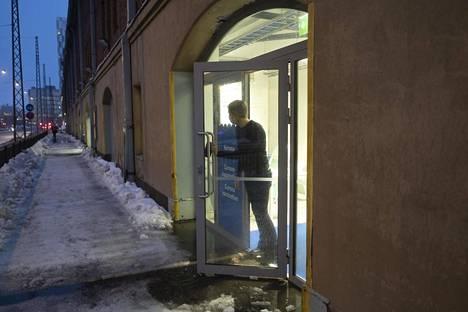 Terveysasemien johtajalääkäri Timo Lukkarinen odotti rokotettavia Jätkäsaaren toimipisteessä perjantaina.