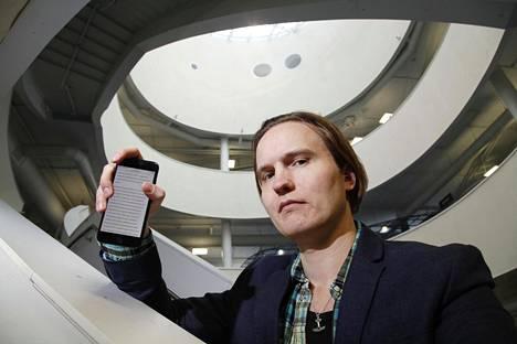 TTY:n apulaisprofessori Henri Pirkkalainen tutkii teknostressiä. Hänen mukaansa lähes kaikki ihmiset kärsivät siitä jossakin määrin silloin tällöin.