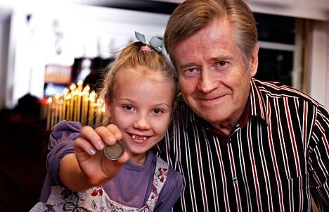 """Jyväskyläläinen Jorma Kokko on kerännyt seitsenvuotiaalle Adalle ja muille lastenlapsilleen pikku hiljaa osakesalkkua. Hän pohti myös verotuettua ps-tiliä, mutta totesi ne ehdoiltaan huonoiksi. """"En suosittele niitä kenellekään."""""""