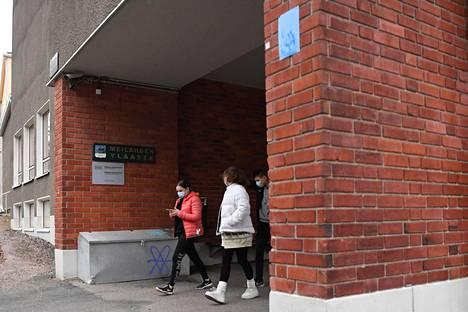 Helsinkiläisten yläkouluikäiset ovat vielä ensi viikon lähiopetuksessa. Yläkouluilla on voimassa muun muassa maskisuositus.