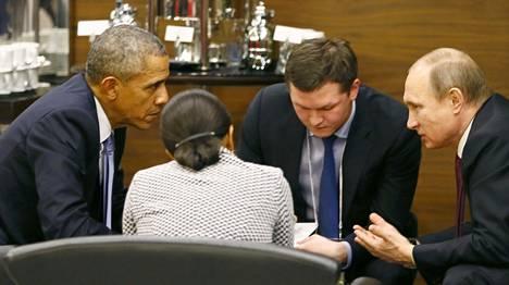 Yhdysvaltain presidentti Barack Obama (vas.) keskusteli Venäjän presidentin Vladimir Putinin (oik.) kanssa G20-kokouksen yhteydessä Turkin Antalyassa sunnuntaina.