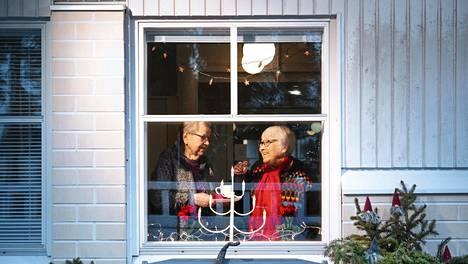 Joulukoristeet asetellaan palvelukoti Mansikkapaikan ikkunaan joulukuun alussa. Tuulikki Tolvanen, 91, ja Kaisa Suhonen, 84, palvelukodin ikkunassa kaksi päivää ennen aattoa.