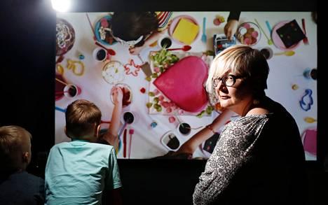 """Oliver Whiteheadin videossa lastenkutsut lähtevät käsistä. """"Ruoalla leikkiminen koetaan yhä provosoivaksi"""", sanoo ruokakulttuurin professori Johanna Mäkelä."""