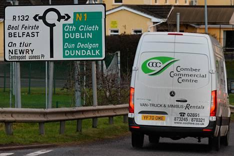 Pakettiauto ylittämässä Pohjois-Irlannin ja Irlannin tasavallan maarajaa. Rajaa ei käytännössä juuri huomaa. Maarajan pitäminen avoimena oli yksi brexit-sopimuksen päähaasteista.