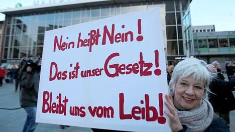 """""""Ei tarkoittaa ei! Se on laki!"""" luki kyltissä, jota mielenosoittajat pitivät Kölnissä järjestetyssä mielenilmauksessa tammikuussa 2016."""
