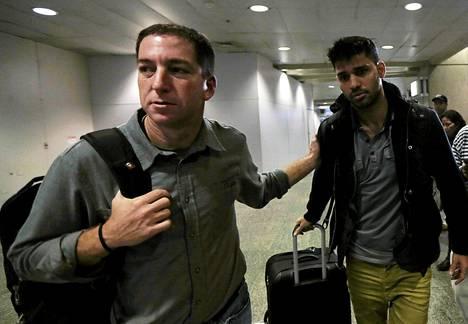 Glenn Greenwald (vas.) ja  David Miranda Rio de Janeiron lentoasemalla maanantaina.