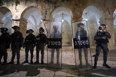 Israelin poliisi vartioi Al-Aqsan moskeijaa 7. toukokuuta, kun yhteenotot poliisin ja mielenosoittajien välillä olivat jälleen puhjenneet.