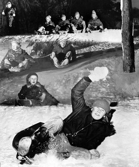 Kaivopuiston innokkaimpiin laskiaisliukujiin kuuluivat pikkupojat. Huolimatta melkoisesta vilskeestä säästyttiin tänä vuonna pahoilta loukkaantumisilta.