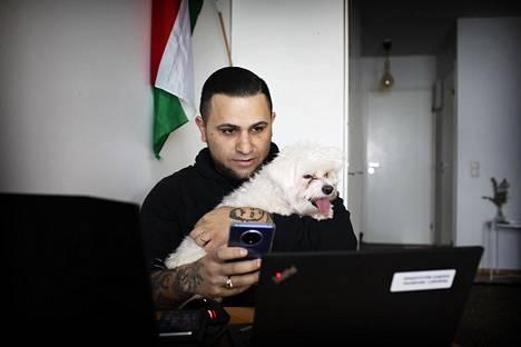 Läppäri on toinen tärkeä työväline nyt, Aito-koira osallistuu tässäkin työntekoon.