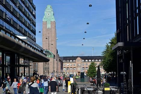Rautatieaseman torni on tärkeä maamerkki. Kuvassa Helsingin Rautatieaseman torni Keskuskadulta nähtynä.