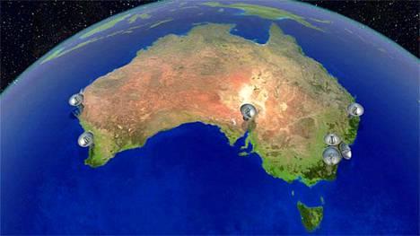 Matkalla pohjoiseen. Australian pitää korjata säännöllisesti paikallisten ja gps-koordinaattien epäsuhtaa, koska manner lipuu pohjoiseen seitsemän senttiä vuodessa. Kuvaan on merkitty radioteleskoopit, joiden avulla mantereelta on pidetty yhteyttä avaruuteen ja satelliitteihin.