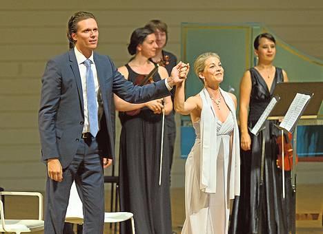 Topi Lehtipuu ja Susanna Andersson lauloivat Il Pomo d'Oro -barokkiyhtyeen solisteina.