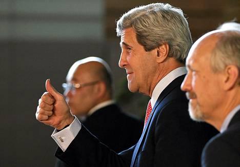 Yhdysvaltain ulkoministeri John Kerry nosti peukun pystyyn ennen tapaamistaan Japanin pääministeri Shinzo Aben kanssa maanantaina. USA toivoo, että Pohjois-Korea suostuisi tuntuviin toimiin rauhan palauttamiseksi.