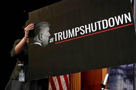 Senaatissa aseteltiin kylttiä, jossa syytettiin Donald Trumpia hallinnon sulkemisesta.