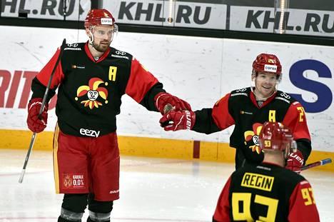 Jokereiden Jesse Joensuu (vas.), Brian O'Neill ja Peter Regin juhlivat maalia ottelussa Moskovan Dinamoa vastaan Helsingissä 24. marraskuuta 2020.