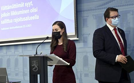 Pääministeri Sanna Marin ja johtaja Mika Salminen THL:stä hallituksen tiedotustilaisuudessa 25. maaliskuuta. Tiedotustilaisuudessa kerrottiin liikkumisvapauden väliaikaisesta rajoittamisesta.