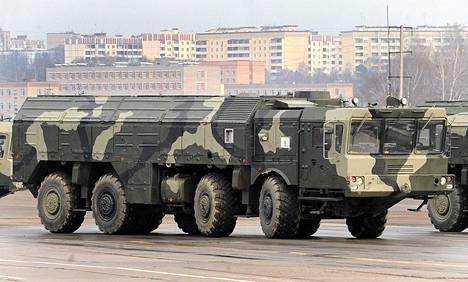 Venäjän Iskander-ohjusten laukaisualustoja sotilasparaatin harjoituksissa Moskovassa huhtikuussa 2010.