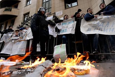 Turkin Moskovan-lähetystön edustalle kokoontui keskiviikkona joukko mielenosoittajia, jotka heittelivät rakennusta muun muassa kivillä ja kananmunilla.