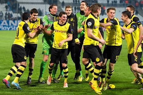 Dortmundin pelaajat juhlivat keskiviikkona Marseillessa jatkopaikkaa.