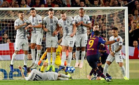 Kun Interin puolustusmuuri hyppäsi ilmaan pysäyttääkseen Luis Suarezin vapaapotkun, esti Marcelo Brozovic matalan heittäymällä nurmen pintaan.