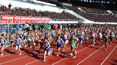 Pohjois-Korea on päästänyt ennen sunnuntaista juoksua maratonilleen  ulkomailta vain ammattijuoksijoita. Tänä vuonna mukaan pääsevät ensimmäistä kertaa myös amatöörit. Kuva on viime vuoden maratonilta