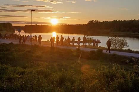 (0.45) Jokaisen festivaalipäivän yönä sekä paikalliset nuoret että festivaalivieraat kerääntyvät Kitisenjoen rannalle paikkaan, jonne kesäyön auringon viimeiset ja ensimmäiset säteet osuvat.