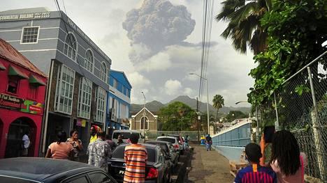 Saint Vincentin saarella aarella alkoi perjantaina tulivuorenpurkaus. Kuva on Kingstownin kaupungista.