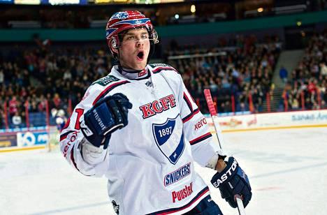 HIFK:n Iiro Pakarinen juhli tekemäänsä voittomaalia paikallisottelussa Jokereita vastaan. IFK haki selvän voiton Jokereiden kotihallista.