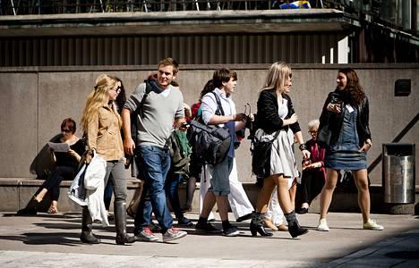Nuoria kävelemässä Helsingin yliopiston Porthanian edustalla Helsingissä elokuussa 2011.