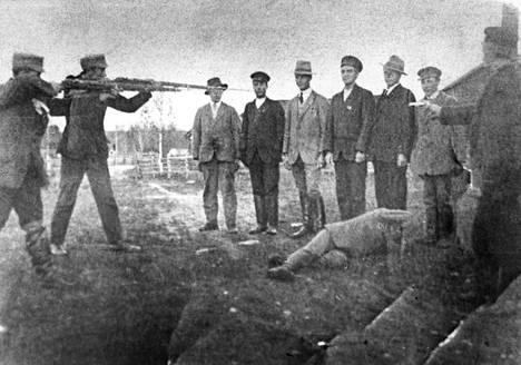"""Myös Helsingin Sanomien kuva-arkistosta löytyy sama teloituskuva, joka on saatu ilmeisesti Työväen arkistosta. Kuvauspäiväksi on merkitty paljon puhuvasti """"1918??"""""""