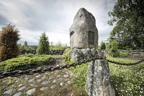 Mommilan veriteot 1917 -elokuva kertoo maanviljelysneuvos Alfred Kordelinin murhaan johtaneista tapahtumista. Kordelinin muistokivi sijaitsee surmapaikalla Hausjärvellä.