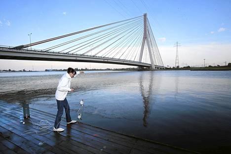 Toimittaja Heli Saavalainen otti vesinäytettä Gdanskista.