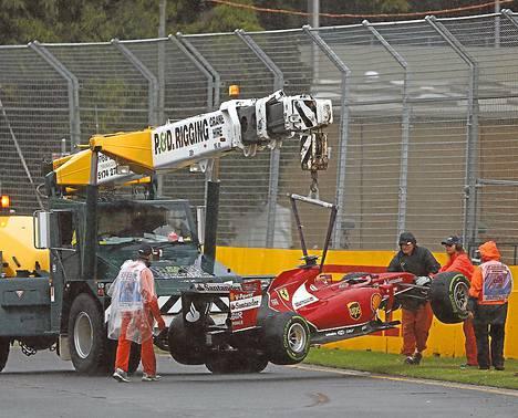 Kimi Räikkösen Ferrari haettiin radalta nosturilla.