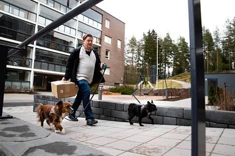 Espoolainen Jussi Päiviö hakee mieluiten paketit läheisestä noutopisteestä. Tällä kertaa posti toi Remu-koiralle (oik.) rappuset.