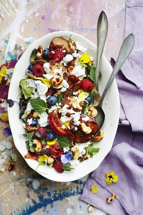 Marjat ja vuohenjuusto ovat täydellinen pari tässä kesän kauneimmassa salaatissa.