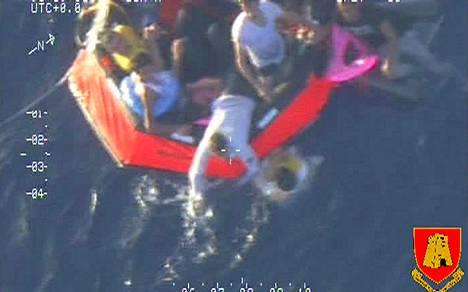 Veden varaan joutuneet siirtolaiset kiipesivät pelastuslautalle heitä kuljettaneen aluksen kaaduttua Italian Sisilian ja Tunisian välisellä merireitillä.