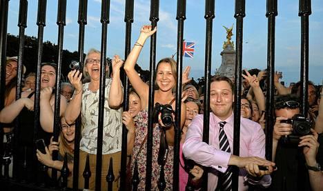 Innokkaat iloitsivat vauvauutisesta Buckinghamin palatsin porteilla.