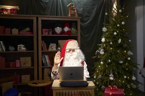 Joulupukki Olli Mustonen ottaa Teams-etäyhteyden asiakkaaseen Katajanokalla sijaitsevassa pukin pajassa.