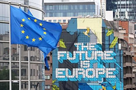 """""""Tulevaisuus on Eurooppa."""" Juliste Euroopan komission päämajan edessä Brysselissä."""