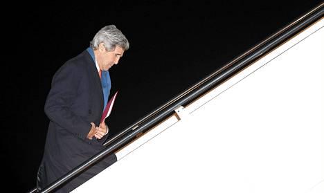 Yhdysvaltojen ulkoministeri John Kerry nousi Washingtonissa lentokoneeseen eilen matkustaakseen Ukrainan pääkaupunkiin Kiovaan.