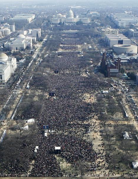 Arviolta 1,8 miljoonaa ihmistä oli kerääntynyt National Mall -puistoon seuraamaan Obaman ensimmäisiä virkaanastujaisia vuonna 2009.