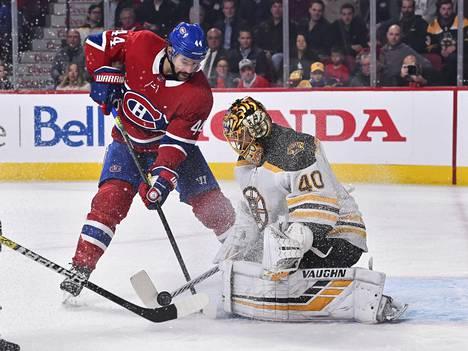 Montreal Canadiensin Nate Thompson ja Boston Bruinsin suomalaisvahti Tuukka Rask. Ottelu päättyi lukemiin 5–4.